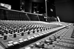 Tabla del estudio de grabación blanco y negro fotos de archivo