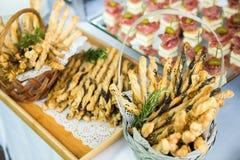 Tabla del evento de la boda de la comida del abastecimiento Línea de la comida fría en la boda Primer delicioso del aperitivo fotografía de archivo