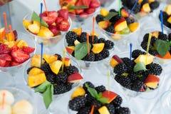 Tabla del evento de la boda de la comida del abastecimiento Línea de la comida fría en la boda Primer delicioso del aperitivo foto de archivo