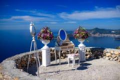 Tabla del gabinete de señora con flores y un espejo Fotografía de archivo