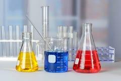 Tabla del laboratorio con cristalería Imagen de archivo