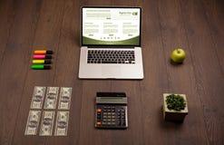 Tabla del negocio con los accesorios del ordenador portátil y de la oficina Fotografía de archivo