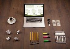 Tabla del negocio con los accesorios del ordenador portátil y de la oficina Imagen de archivo