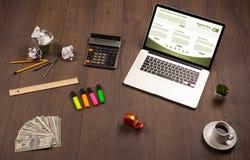 Tabla del negocio con los accesorios del ordenador portátil y de la oficina Foto de archivo libre de regalías