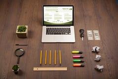 Tabla del negocio con los accesorios del ordenador portátil y de la oficina Fotos de archivo