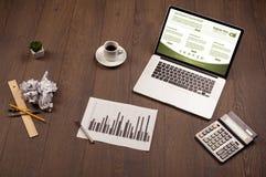 Tabla del negocio con los accesorios del ordenador portátil y de la oficina Foto de archivo