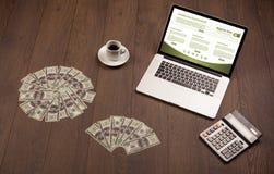 Tabla del negocio con los accesorios del ordenador portátil y de la oficina Fotografía de archivo libre de regalías