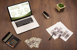 Tabla del negocio con los accesorios del ordenador portátil y de la oficina Imágenes de archivo libres de regalías