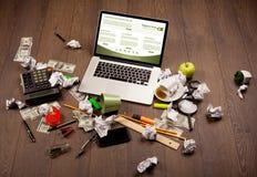 Tabla del negocio con los accesorios del ordenador portátil y de la oficina Imagenes de archivo
