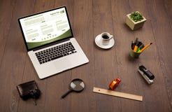 Tabla del negocio con los accesorios del ordenador portátil y de la oficina Imagen de archivo libre de regalías