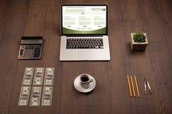 Tabla del negocio con los accesorios del ordenador portátil y de la oficina Fotos de archivo libres de regalías