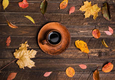 Tabla del otoño en un café al aire libre Hojas de otoño y taza de café o Imagenes de archivo
