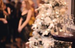 Tabla del partido de la Navidad o del Año Nuevo con champán Fotografía de archivo libre de regalías