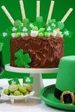 Tabla del partido del día del St Patricks con la torta de chocolate Fotos de archivo libres de regalías