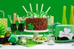 Tabla del partido del día del St Patricks con la torta de chocolate Foto de archivo libre de regalías