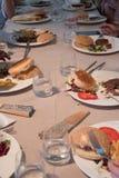 Tabla del restaurante con los platos después de comer, sobras de los niños foto de archivo