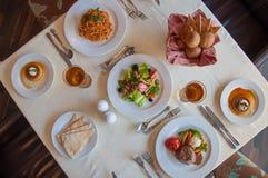 Tabla del restaurante desde arriba imágenes de archivo libres de regalías