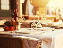 Tabla del restaurante en la puesta del sol Fotografía de archivo