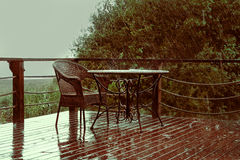 Tabla del restaurante en las fuertes lluvias Waterdrops en superficie Imágenes de archivo libres de regalías