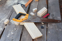 Tabla del ` s del carpintero con las herramientas Imagenes de archivo