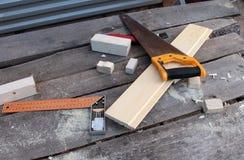 Tabla del ` s del carpintero con las herramientas Imagen de archivo libre de regalías