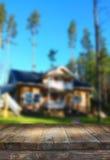Tabla del tablero de madera del vintage delante del paisaje soñador y abstracto del campo con la llamarada de la lente Imagen de archivo
