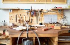 Tabla del taller con las herramientas Fotografía de archivo libre de regalías