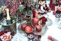 Tabla del vintage del ` s del Año Nuevo con champán y vidrios Foto de archivo libre de regalías