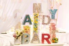 Tabla dulce como barra de caramelo con diversos dulces en cena o aún Imágenes de archivo libres de regalías