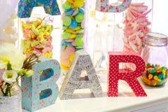 Tabla dulce como barra de caramelo con diversos dulces encendido Fotos de archivo libres de regalías