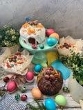 Tabla dulce de Pascua, con los huevos pintados foto de archivo