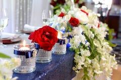 Tabla elegante con las flores y las velas Imagenes de archivo