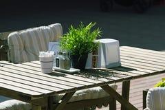 Tabla en café del verano en un día soleado caliente Imagen de archivo