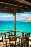 Tabla en la terraza del restaurante en la playa de Matala fotografía de archivo libre de regalías