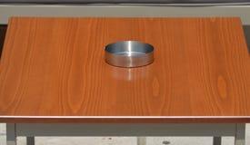 Tabla en restaurante con el cenicero vacío Imagenes de archivo