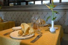 Tabla en restaurante vacío Imagenes de archivo