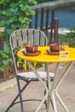 Tabla en un café de la calle con las tazas de café Imagen de archivo