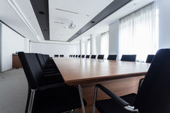 Tabla en una sala de reunión Fotografía de archivo
