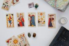 Tabla esotérica con la rueda astrológica, péndulo mágico, tarots, piedras curativas Foto de archivo