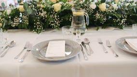 Tabla exquisita de la boda de la porci?n hermosa en el banquete exquisito almacen de video