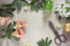 Tabla femenina creativa con las velas, las tijeras y la flor Visión superior con el espacio de la copia Foto de archivo