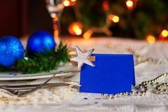 Tabla festiva adornada con las bolas y las gotas de la Navidad Imágenes de archivo libres de regalías