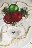Tabla festiva adornada con las bolas y las gotas de la Navidad Foto de archivo libre de regalías
