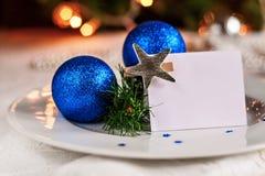 Tabla festiva adornada con las bolas y las gotas de la Navidad Foto de archivo