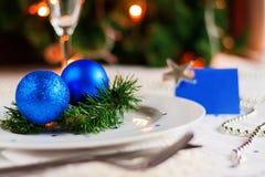 Tabla festiva adornada con las bolas y las gotas de la Navidad Imagen de archivo libre de regalías