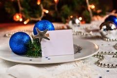 Tabla festiva adornada con las bolas y las gotas de la Navidad Imagen de archivo