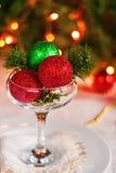 Tabla festiva adornada con las bolas y las gotas de la Navidad Fotografía de archivo