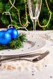 Tabla festiva adornada con las bolas y las gotas de la Navidad Fotos de archivo libres de regalías