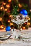 Tabla festiva adornada con las bolas y las gotas de la Navidad Imagenes de archivo