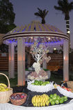Tabla festiva con la fruta en el aire abierto por la tarde en el pasillo de celebraciones Fotografía de archivo